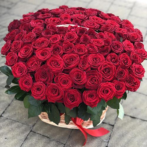 фото 101 троянда в кошику