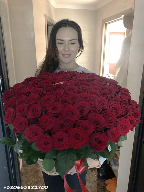 букет 101 троянда в кошику